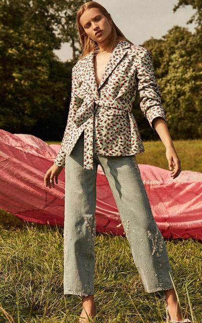 Девушка в жакете с запахом с поясом с цветочным принтом и в джинсах