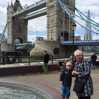 Christkind und Regina vor der Tower Bridge