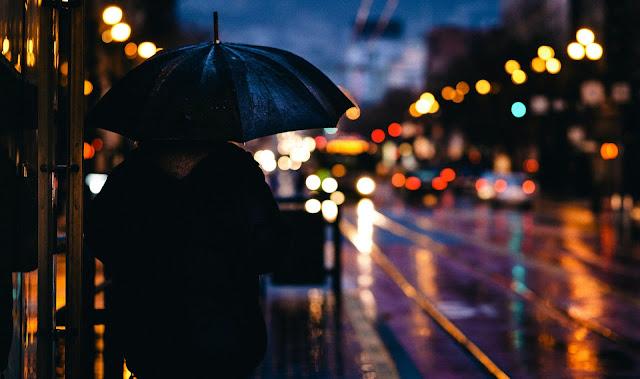 Puisi Hujan Menjebak Pikiranku