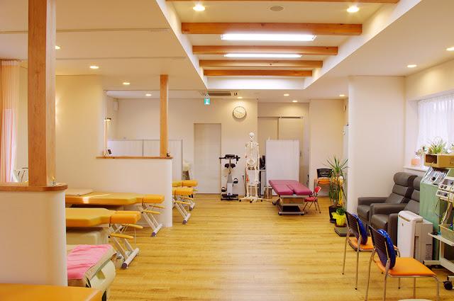 店舗(機能訓練特化型デイサービス併用接骨院)付き住宅の開放的な施術室