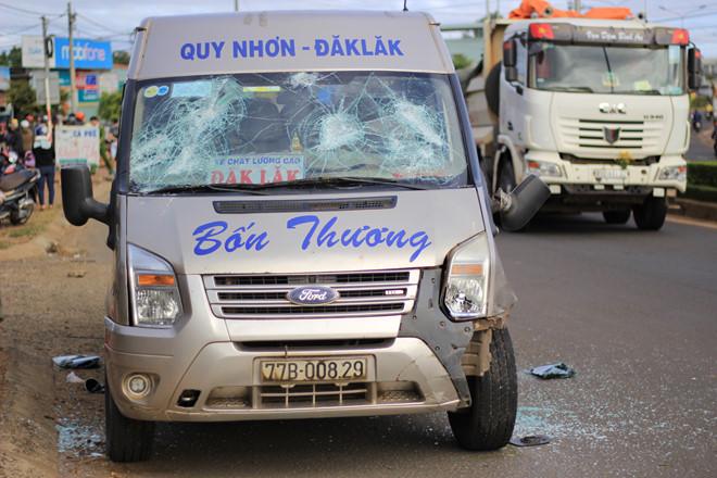 Chiếc xe khách bị người dân dùng gậy đập vỡ cửa kính do bức xúc
