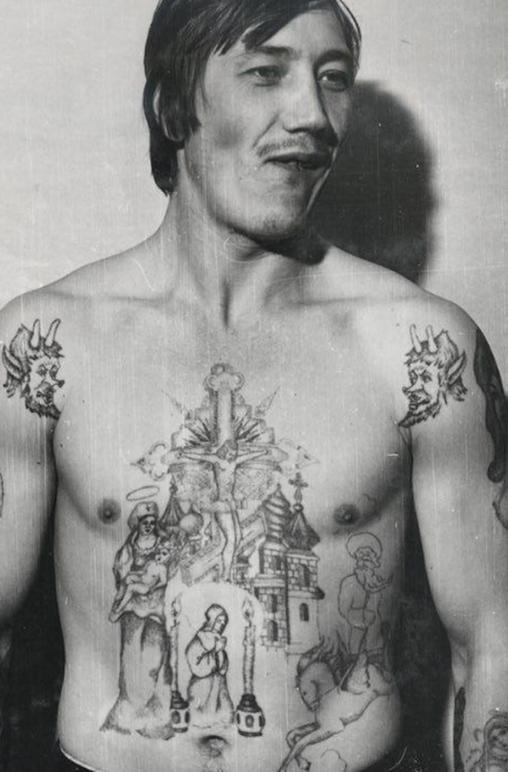 The devils on the shoulders of this inmate symbolise a hatred of authority and the prison structure. This type of tattoo is known as an 'oskal,' or grin, a baring of teeth towards the system. They are sometimes accompanied by anti-Soviet texts.