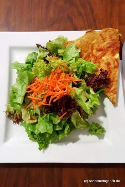 Schafskäse-Zucchini-Tarte mit grünem Salat im Creativ Café Cuisine in Karlsruhe