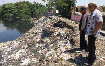 kali kriyan penuh sampah harus segera dibersihkan