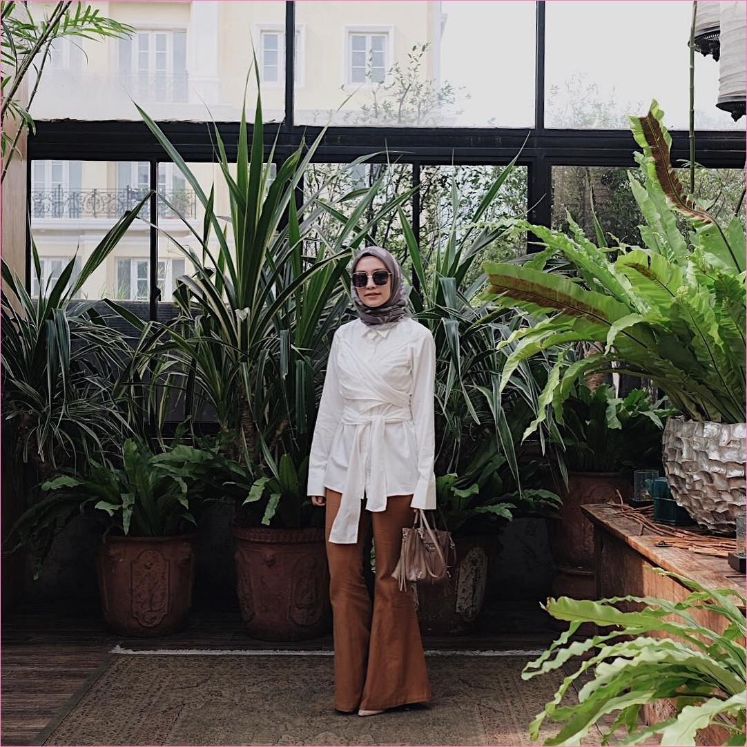 Outfit Kerudung Segiempat Ala Selebgram 2018 kerudung segiempat hijab square bermotif krem tua baju top blouse putih celana cullotes pallazo coklat tua kacamata hitam handbags krem tua high heels ootd trendy kekinian hijaber
