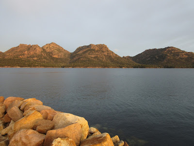 Vistas de las cordilleras The Hazards, en Freycinet National Park, desde el muelle de Coles Bay, en Tasmania