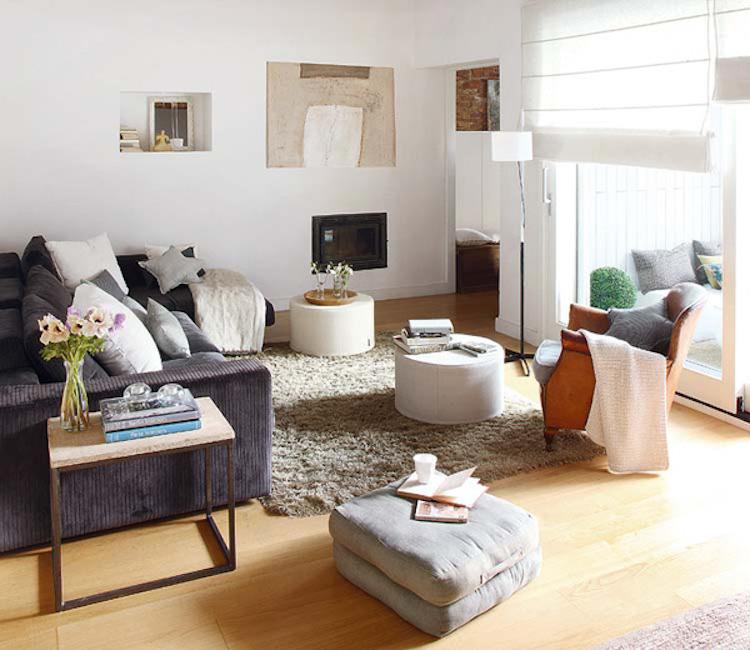 salón con chimenea y sillón de piel