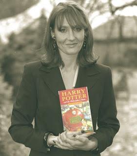 Джоан Роулинг с първото издание на Хари Потър
