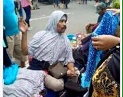 Foto Bapak-Bapak Kumisan Jualan Jilbab di Tanah Abang