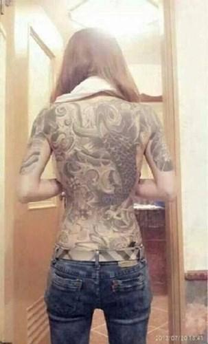 nữ xăm hình kín lưng