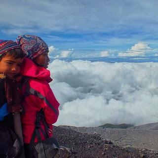 5 Pendaki Gunung Indonesia yang Unik dan Inspiratif