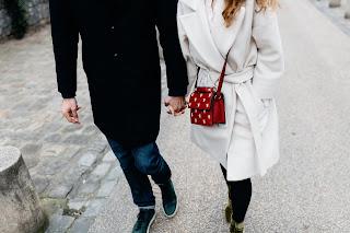 Ein Paar, das spazieren geht und sich an den Händen hält
