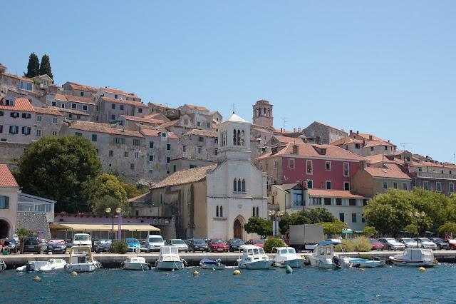 Widok na Sibenik od strony morza, Chorwacje, wakacje