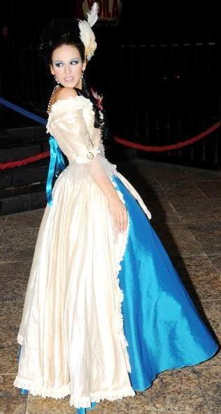 Foto de Danna Paola posando con vestido de quinceañera