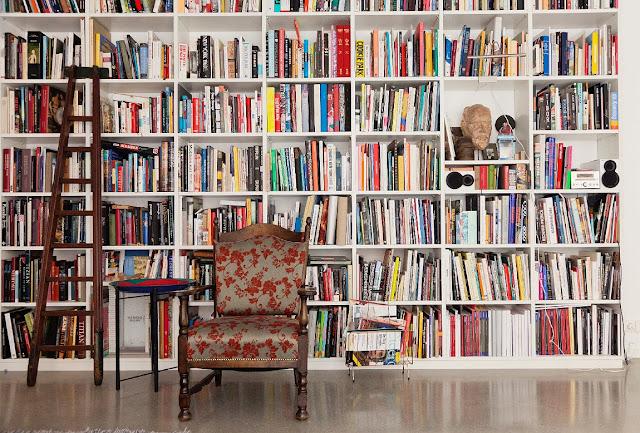 decoração estilo biblioteca - parede cheia de livros