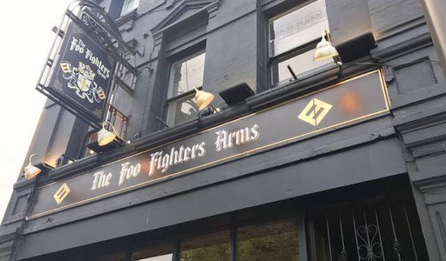 foo fighters inaugura pub temático para divulgar novo álbum