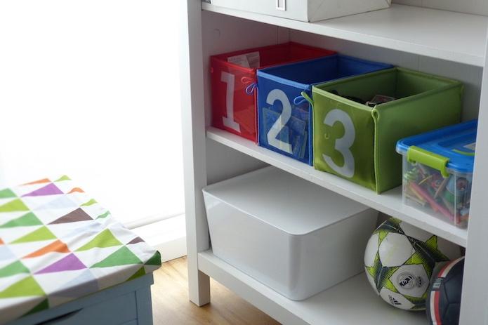 estantería con cajas de colores y archivadores