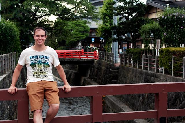 Alberto en un puente de Takayama