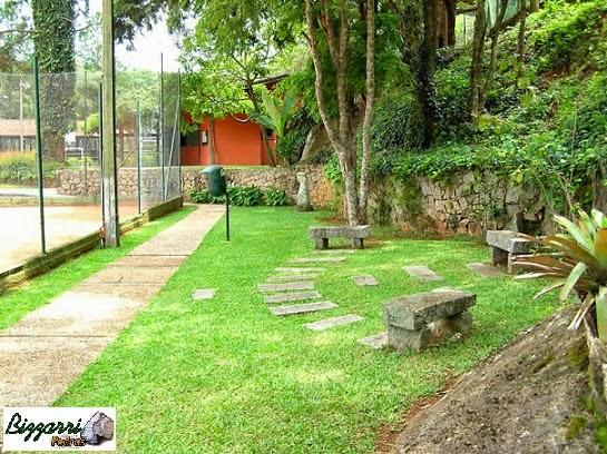 Para formar o platô, para a construção da quadra de tênis, executamos vários muros de pedra com os caminhos de pedra e os bancos de pedra com a execução do paisagismo.