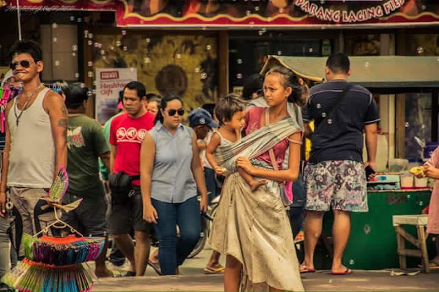 This young Filipina woman who lives in the street captures the hearts of Duterte supporters