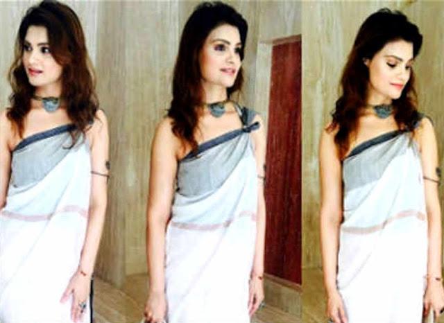 Blouseless Sari Geting Viral