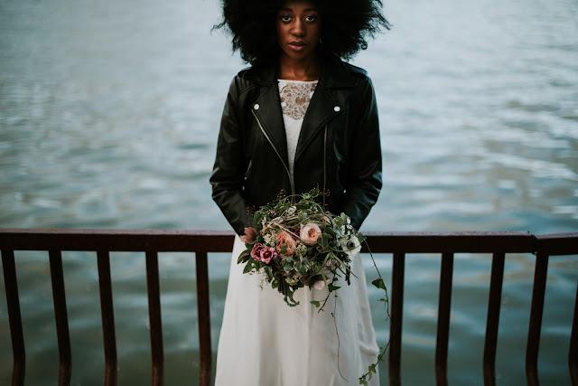 novia con chaqueta de cuero -  Blog Mi Boda