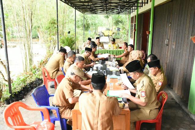 Walikota saat memimpin rapat bersama seluruh pimpinan OPD di Tempat Pembuangan Akhir (TPA) di Kelurahan Pantai Johor, Kecamatan Datuk Bandar, Kota Tanjungbalai.