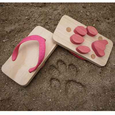Sandalias o chanclas de madera para dejar huella.