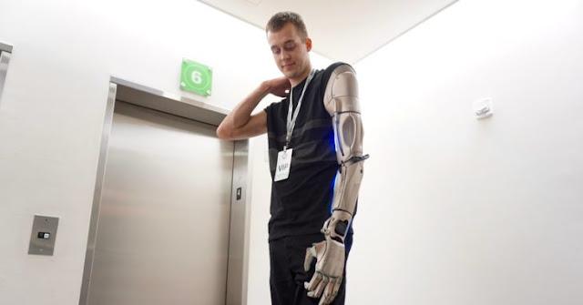 Conoce al Hombre Metal Gear ¡Tiene un brazo biónico!