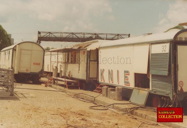 les deux roulottes alignée abritant les cuisines du cirque