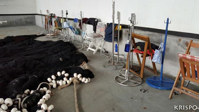 sillas y utensilios de rederas junto a red de pesca