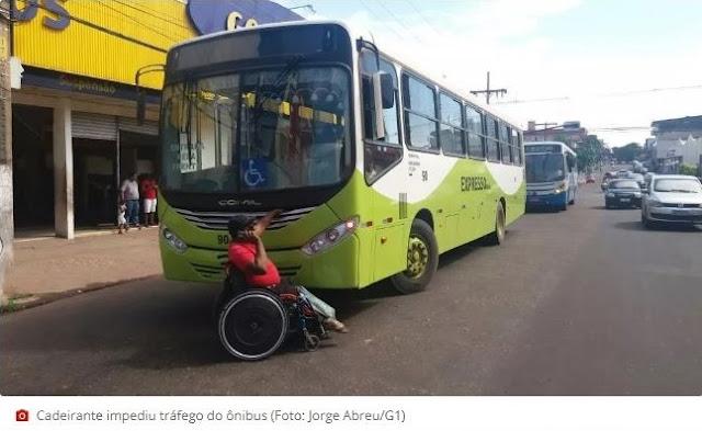 Cadeirante para ônibus após elevador de acessibilidade não funcionar, no AP