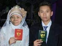 Heboh! Mengaku Cinta, Remaja 18 Tahun ini Nikahi Nenek 52 Tahun