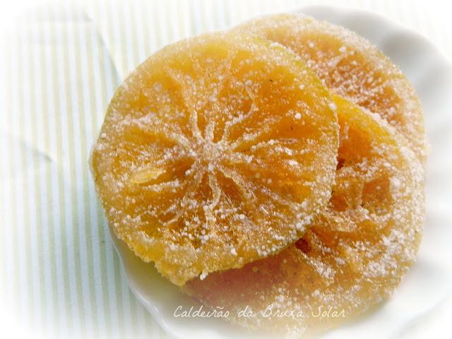 Fatias de laranja cristalizadas com canela
