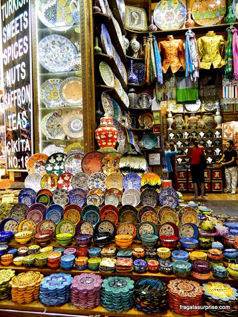 Cerâmica multicolorida à venda no Bazar Egípcio de Istambul