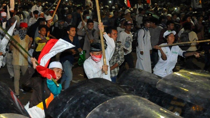 Massa demo 4 November terlibat bentrok dengan polisi