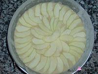 Cubriendo la masa con láminas de manzana