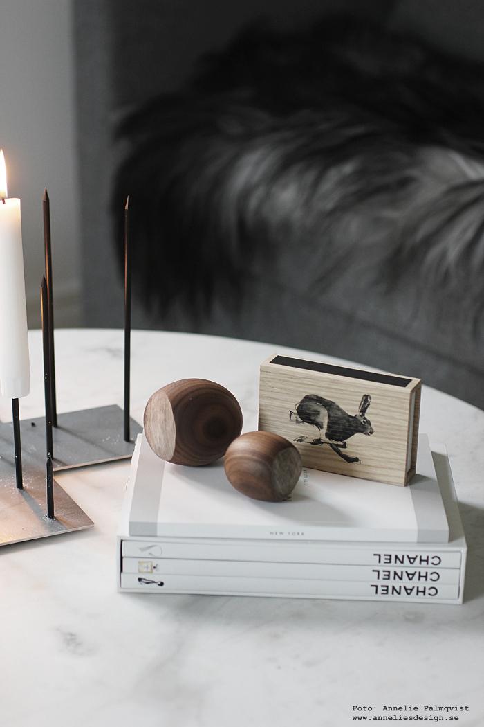 annelies design, webbutik, webshop, ljusstake, candle cross, raw, kanin, hare, tändstickor, trä. hasselnöt, hasselnötter, fårskinn,