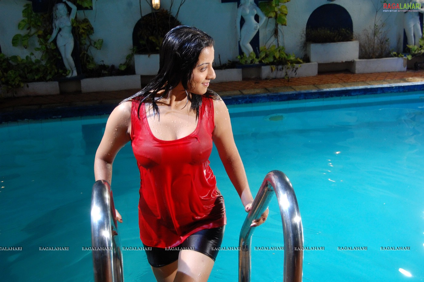 Keerthi Chawla Hot Spicy Stills In Swimming Pool-2905