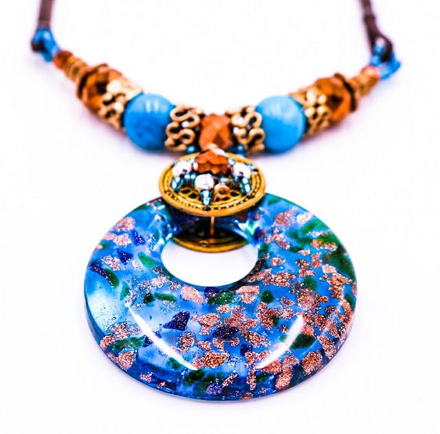 Collier, verre, perle, métal et strass, un effet habillé, chic et dynamique, saura égayer vos tenues. Collier vendu 19 €, plusieurs coloris et modèles disponibles.