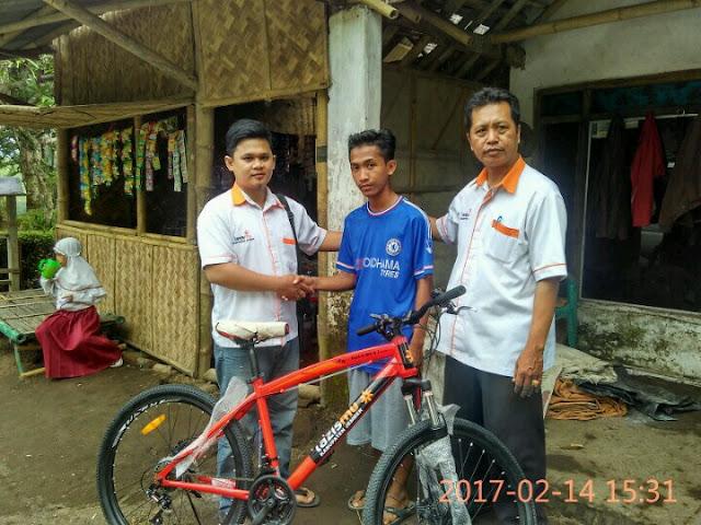 Serah terima sepeda Pelajar Dhuafa untuk M. Ali Wafa di Nogosari