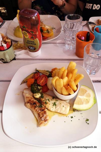 Seehecht mit Pommes und Gemüse im Easthead Café in Knysna in Südafrika