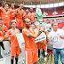 Careca entrega taça ao Sustentare Esporte Clube na Copa Gari DF