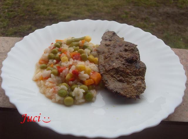 Borban pácolt sertésmáj rizses mexikói salátával