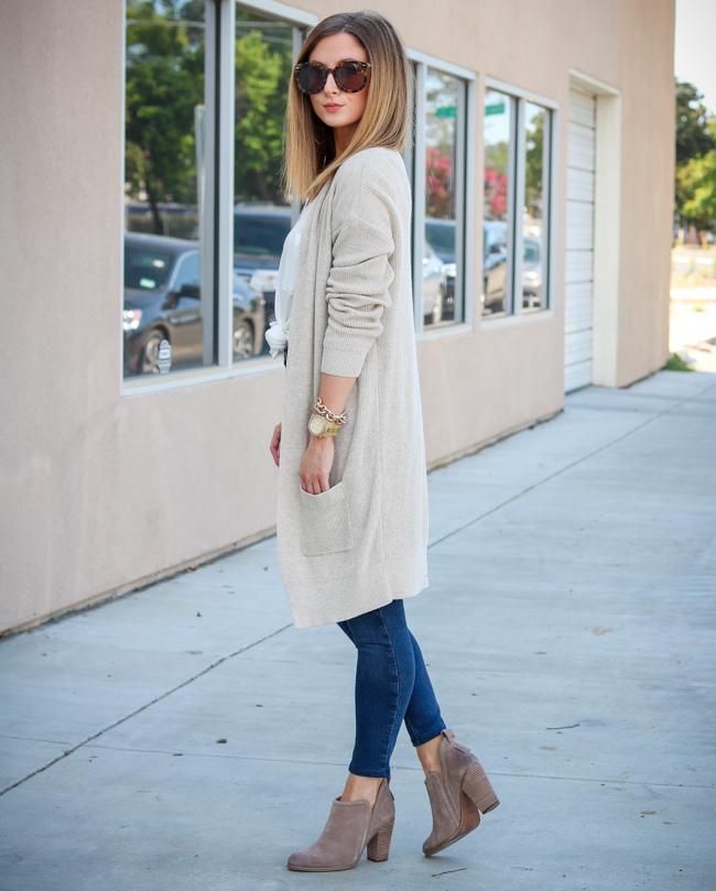white tee cream cardigan skinny jeans