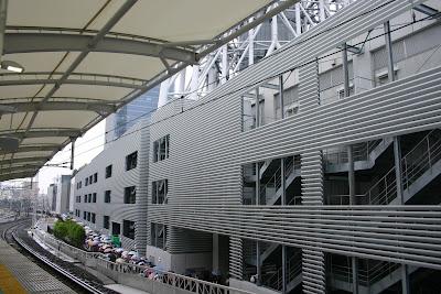 とうきょうスカイツリー駅ホームから見た東京スカイツリータウン