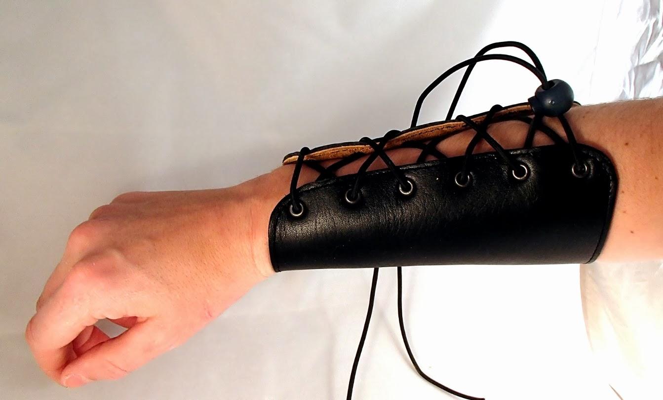 Vue de l'extérieur du bras du protège cuir pour tir à l'arc