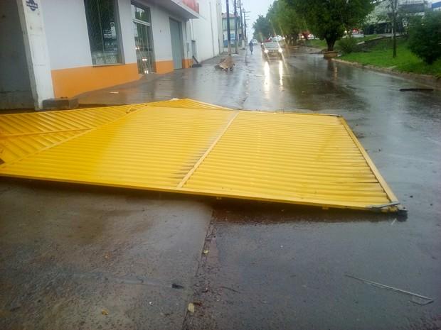"""Após tempestade anunciada pela Defesa Civil, temporal """"varre"""" Cacoal trazendo pânico e destruição"""