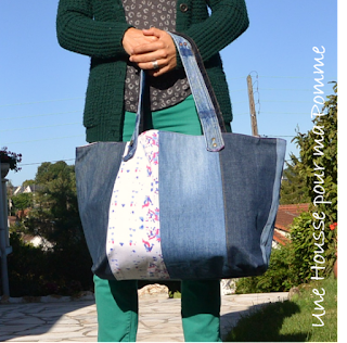 Sac XXL porté épaules ou poignet, semi rigide, entièrement en matériaux recyclés ce sac est fait de jeans de différentes couleurs montés façon patchwork, tissu coton camouflage militaire sur un coté du sac, anses en jeans serties par mes soins, intérieur en coton tissu à motifs géométriques, poche intérieure en jeans, les deux cotés extérieurs sont asymétriques.   Dimension 43x35x23 cm.