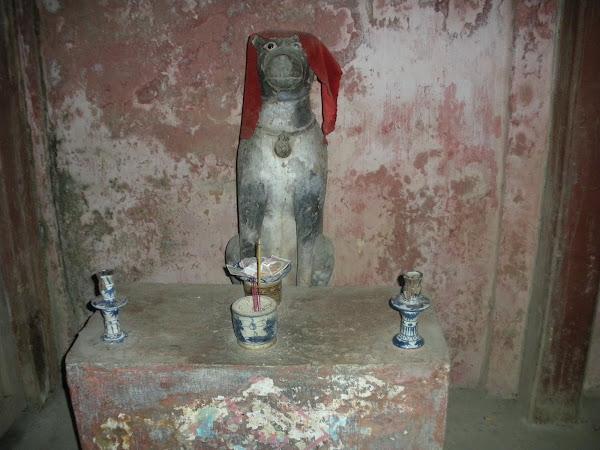 Altar en interior del Puente Japones de Hoi An, Vietnam